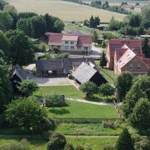 Trinitatiskirche Gablenz Sicht Bauernhof