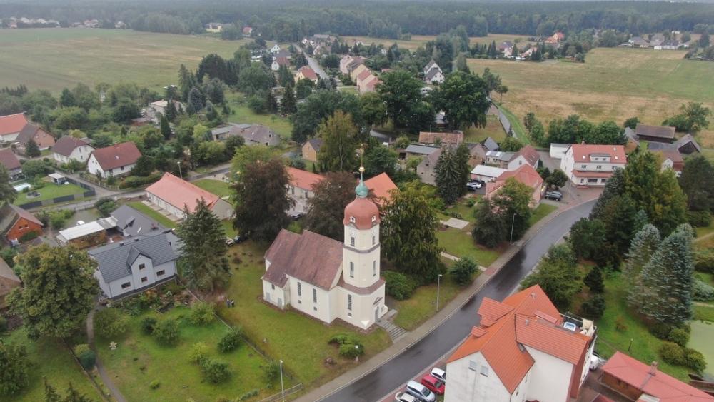 Ein phantastisches bild aus der Vogelperspektive auf Gablenz mit unserer Kirche im Vordergrund