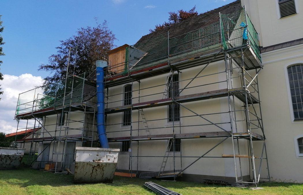 Erste Baumaßnahmen am Dachstuhl